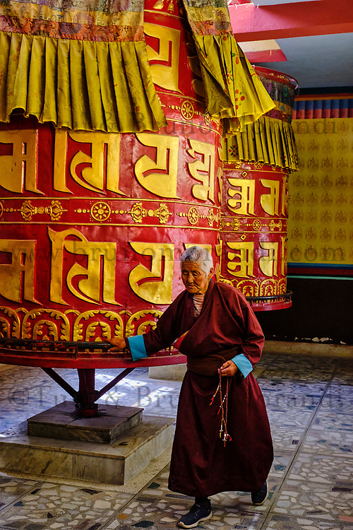 Nepal, Vallee de Kathmandu, Katmandou, village de Bodnath, monastère tibetain, moulin à prière // Nepal, Kathmandu valley, Bodnath village, tibetan monastery, prayer wheel