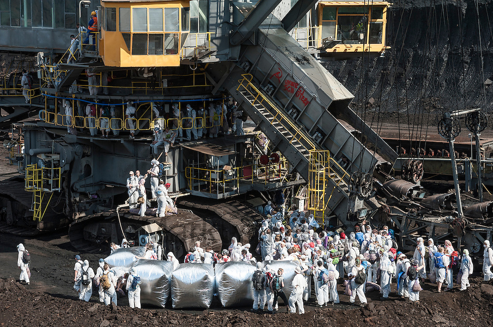 Aktivsten besetzen am 13.05.2016 im Braunkohlentagebau Welzow-S&uuml;d bei Welzow, Deutschland einen Bagger. Mehrere Tausend Aktivisten haben den  Braunkohlentagebau blockiert um gegen die Nutzung von fossilen Brennstoffen zu protestieren. Foto: Markus Heine / heineimaging<br /> <br /> <br /> ------------------------------<br /> <br /> Ver&ouml;ffentlichung nur mit Fotografennennung, sowie gegen Honorar und Belegexemplar.<br /> <br /> Bankverbindung:<br /> IBAN: DE65660908000004437497<br /> BIC CODE: GENODE61BBB<br /> Badische Beamten Bank Karlsruhe<br /> <br /> USt-IdNr: DE291853306<br /> <br /> Please note:<br /> All rights reserved! Don't publish without copyright!<br /> <br /> Stand: 05.2016<br /> <br /> ------------------------------<br /> <br /> ------------------------------<br /> <br /> Ver&ouml;ffentlichung nur mit Fotografennennung, sowie gegen Honorar und Belegexemplar.<br /> <br /> Bankverbindung:<br /> IBAN: DE65660908000004437497<br /> BIC CODE: GENODE61BBB<br /> Badische Beamten Bank Karlsruhe<br /> <br /> USt-IdNr: DE291853306<br /> <br /> Please note:<br /> All rights reserved! Don't publish without copyright!<br /> <br /> Stand: 05.2016<br /> <br /> ------------------------------