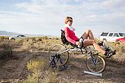 Barbara Buatois is bezig met de warming up. In Battle Mountain (Nevada) wordt ieder jaar de World Human Powered Speed Challenge gehouden. Tijdens deze wedstrijd wordt geprobeerd zo hard mogelijk te fietsen op pure menskracht. Ze halen snelheden tot 133 km/h. De deelnemers bestaan zowel uit teams van universiteiten als uit hobbyisten. Met de gestroomlijnde fietsen willen ze laten zien wat mogelijk is met menskracht. De speciale ligfietsen kunnen gezien worden als de Formule 1 van het fietsen. De kennis die wordt opgedaan wordt ook gebruikt om duurzaam vervoer verder te ontwikkelen.<br /> <br /> Barbara Buatois is warming up. In Battle Mountain (Nevada) each year the World Human Powered Speed ??Challenge is held. During this race they try to ride on pure manpower as hard as possible. Speeds up to 133 km/h are reached. The participants consist of both teams from universities and from hobbyists. With the sleek bikes they want to show what is possible with human power. The special recumbent bicycles can be seen as the Formula 1 of the bicycle. The knowledge gained is also used to develop sustainable transport.