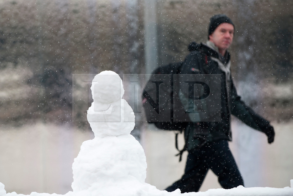 © Licensed to London News Pictures. 21/01/2012. Sheffield, UK. People arrive at Sheffield Station in thick snow. Lots of schools and colleges are closed in Sheffield due to heavy snow today. There is more snow forecast for the rest of the week.  Photo credit: David Mirzoeff/LNP. Photo credit :