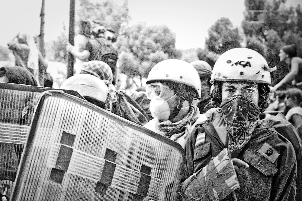 Genova, venerdì 20 luglio 2001. Giornata delle piazze tematiche. Corteo della disobbedienza civile. Manifestante con casco e fazzoletto al collo.