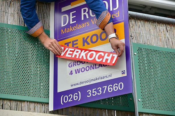 Nederland, Wijchen, 5-11-2015Huis verkocht. De makelaar heeft de bordjes verhangen.Foto: Flip Franssen