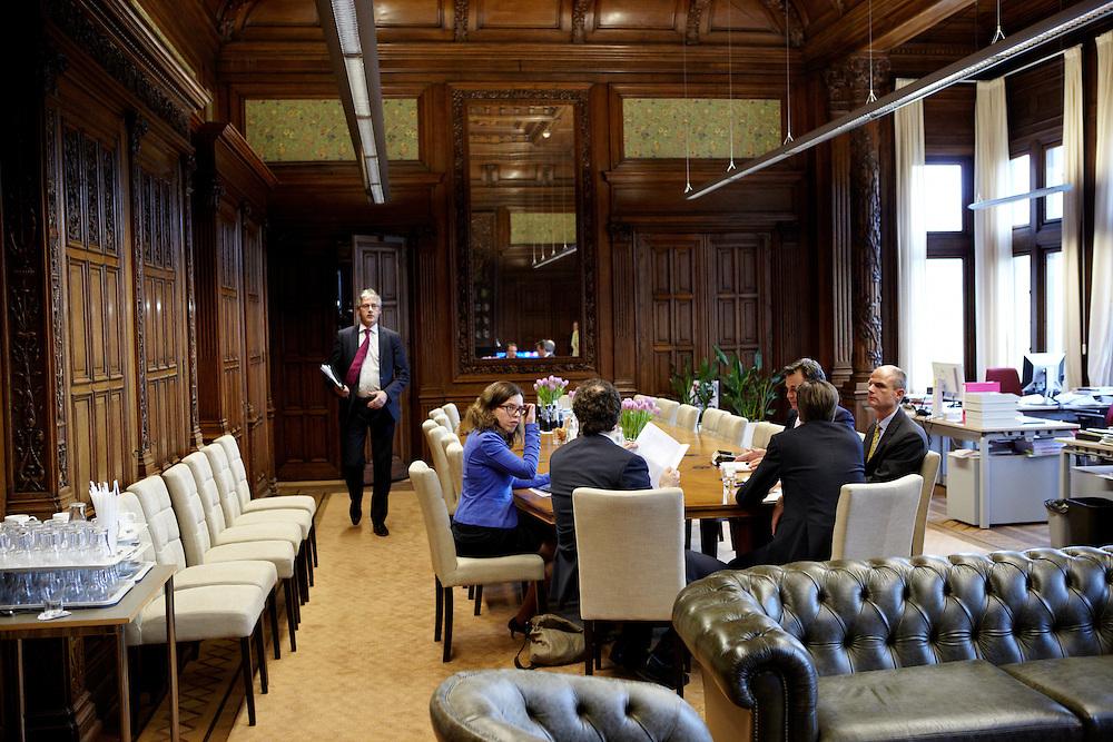 Nederland. Den Haag, 26 april 2012. <br /> Arie Slob arriveert in de fractiekamer van D66. Rond zeven uur komen de vertegenwoordigers van de vijf partijen met minister De Jager van financien bijeen in de fractiekamer van D66 (waar ze deze dag hebben onderhandeld) om het akkoord te bezegelen.<br /> Fractievoorzitters Van Haersma, (CDA), Blok (VVD), Pechtold (D66), Slob (CU). En Sap van GroenLinks met hun resp. financieel specialisten.<br /> VVD, CDA, D66, GroenLinks en ChristenUnie zijn met het kabinet een principe-akkoord overeengekomen over de begroting van volgend jaar.<br /> Men is als Tweede Kamer uit de impasse gekomen om voor mei een begroting voor 2013 op te stellen na de val van het kabinet Rutte van VVD, CDA en met gedoogsteun van de PVV van Geert Wilders. Crisisakkoord na mislukken ook van Catshuisberaad. 3% Financieringstekort.<br /> Het kabinet en de regeringspartijen VVD en CDA hebben in twee politiek gezien krankzinnige dagen met de oppositiepartijen D66, GroenLinks en de ChristenUnie een akkoord gesloten over bezuinigingen en hervormingen in 2013. Minister Jan Kees de Jager van Financi&euml;n koppelde als verkenner de vijf partijen aan elkaar en kreeg in nog geen 30 uur voor elkaar waar VVD en CDA met gedoogpartij PVV in 7 weken overleg in het Catshuis niet in waren geslaagd. Politiek, kabinet Rutte, kabinetscrisis, Catshuisonderhandelingen, Tweede Kamer, <br /> Foto : Martijn Beekman