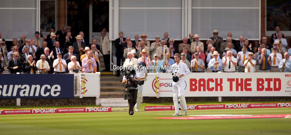 Stuart Broad walks off to a standing ovation for his 169 during the final npower Test Match between England and Pakistan at Lord's.  Photo: Graham Morris (Tel: +44(0)20 8969 4192 Email: sales@cricketpix.com) 28/08/10