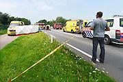 Nederland, ubbergen, 23-7-2016Zwaar ongeluk met twee autos op de weg tussen Nijmegen en Kleef ter hoogte van Ubbergen Publiek, toeschouwer, kijkt naar de ravage De brandweer heeft een scherm geplaatst zodat het slachtoffer uit het zicht behandeld kan worden .Foto: Flip Franssen