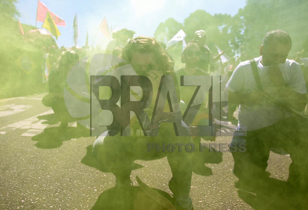 CURITIBA,PR, 29.08.2015 - PROFESSORES-PR - Professores realizam ato pelas ruas de Curitiba na manhã deste sábado, 29. para lembra os quatro meses da Batalha do Centro Cívico, o conflito ocorrido no dia 29 de abril, quando 213 professores estaduais, servidores públicos e estudantes saíram feridos de um confronto com a Polícia Militar.Em frente da sede da prefeitura de Curitiba, os professores encenaram a Batalha do Centro Cívico. (Foto: Paulo Lisboa/Brazil Photo Press)