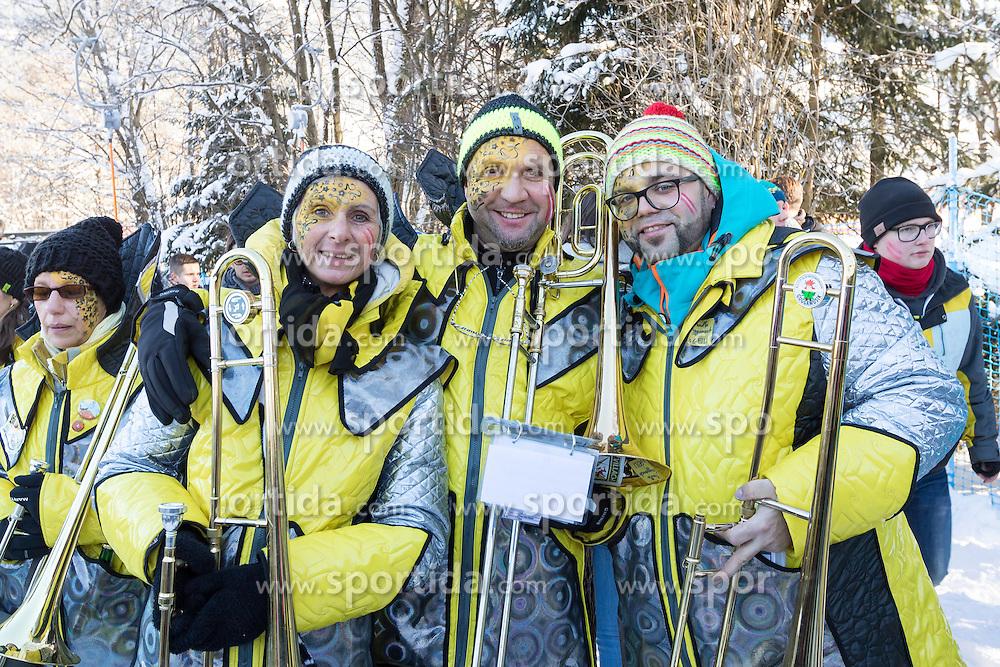 21.01.2017, Hahnenkamm, Kitzbühel, AUT, FIS Weltcup Ski Alpin, Kitzbuehel, Abfahrt, Herren, im Bild Fans mit Trompeten // fans with trumpets during the men's downhill of FIS Ski Alpine World Cup at the Hahnenkamm in Kitzbühel, Austria on 2017/01/21. EXPA Pictures © 2017, PhotoCredit: EXPA/ Serbastian Pucher