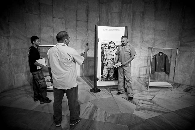 America, Cuba, Havana. A group of turist from venezuela take pictures next to personal objects that belonged to Che Gevara, there are inside the José Martí Memorial  -08.07.2008, DIGITAL PHOTO, 49 MB, copyright: Alex Espinosa/Gruppe28.