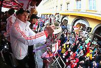 FUSSBALL TRIPELPARTY  SAISON  2012/2013  02.06.2013 Champions Party des FC Bayern Muenchen nach dem Gewinn des DFB Pokal und Triple.  Das Team feiert auf einer Buss-Tour durch die Muenchner Innenstadt, von der Muenchner Freiheit bis zum Marienplatz den historischen Gewinn des CHL Pokal, des Meisterschaft und DFB Pokal  Trainer Jupp Heynckes (vorn) mit CHL Pokal und Anatoliy Tymoshchuk (hinten) mit Meisterschale