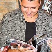 NLD/Volendam/20160831 -  Jan Smit en Kim-Lian van der Meij onthullen cover 100 % NL Magazine, Jan Smit bekijkt het magazine