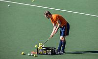 AMSTELVEEN - Mirco Pruyser met  een krat met ballen   tijdens de training van het heren hockey team. Het Nederlands elftal heeft toestemming gekregen van het ministerie van VWS, het RIVM en NOC NSF om de groepstrainingen te hervatten tijdens de coronacrisis. De spelers mogen de ballen niet met de handen aanraken.  COPYRIGHT KOEN SUYK