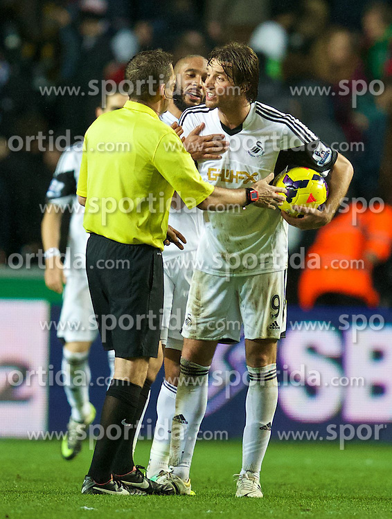 27.10.2013, Liberty Stadion, Swansea, ENG, Premier League, Swansea City vs West Ham United, 09. Runde, im Bild Swansea City's Miguel Perez Cuesta 'Michu' protests to referee Phil Dowd after the final whistle after his side was denied an injury time penalty // during the English Premier League 09th round match between Swansea City AFC and West Ham United at the Liberty Stadion in Swansea, Great Britain on 2013/10/27. EXPA Pictures &copy; 2013, PhotoCredit: EXPA/ Propagandaphoto/ David Rawcliffe<br /> <br /> *****ATTENTION - OUT of ENG, GBR*****