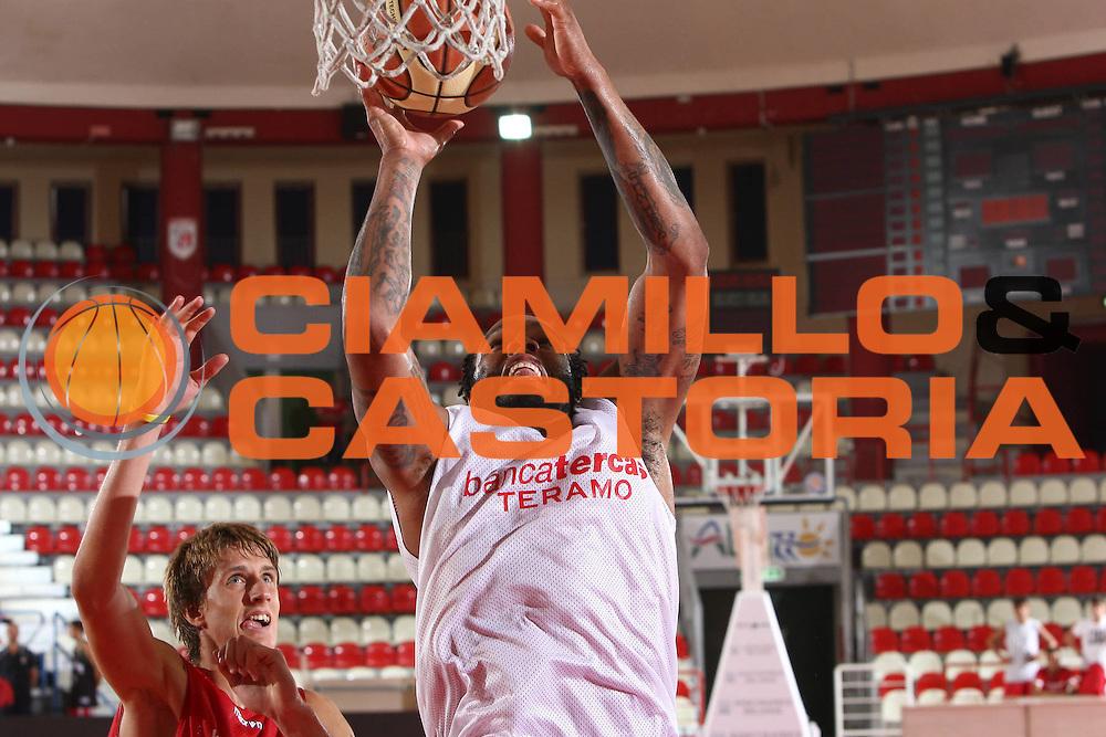DESCRIZIONE : Teramo Lega A 2009-10 Basket Bancatercas Teramo Allenamento<br /> GIOCATORE : James Thomas<br /> SQUADRA : Bancatercas Teramo<br /> EVENTO : Campionato Lega A 2009-2010 <br /> GARA : <br /> DATA : 02/09/2009<br /> CATEGORIA : Allenamento tiro penetrazione schiacciata<br /> SPORT : Pallacanestro <br /> AUTORE : Agenzia Ciamillo-Castoria/C.De Massis
