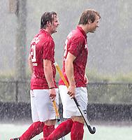 BLOEMENDAAL - Nick Meijer en Thomas Boerma  trotseren de hevige regen . Oud internationals Eby Kessing, Ronald Brouwer en Nick Meijer, alle spelers van Bloemendaal, namen afscheid met een afscheidsdrieluik. COPYRIGHT KOEN SUYK