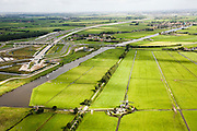 Nederland, Zuid-Holland, Doespolder, 08-09-2006; Boortunnel onder het Groene Hart: links van het midden de ingang van de geboorde tunnel, ten Noordoosten van Leiderdorp; na de tunnel komt de HSL parallel aan de A4 te lopen, richting Schiphol; de vaart diagonaal op de foto is de Does, in het midden Hoogmade  (achter de brug); in de voorgrond twee watermolens voor de waterhuishouding van de polder. Zie ook panorama foto's van deze lokatie, deel van de serie Panorama Nederland..Drill tunnel right through the Green Heart with drainage mills to take care of the drainage of the polder..luchtfoto (toeslag); aerial photo (additional fee required); .foto Siebe Swart / photo Siebe Swart