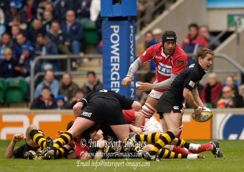 2006, Powergen Cup, Twickenham, Eion Reddan comes away with the ball as Llanelli Lock, Inoke Afeaki watches, London Wasps vs Llanelli Scarlets, ENGLAND, 09.04.2006, 2006, , © Peter Spurrier/Intersport-images.com.   [Mandatory Credit, Peter Spurier/ Intersport Images].