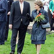 NLD/Makkum/20080430 - Koninginnedag 2008 Makkum, Johan Friso in gesprek met Margriet