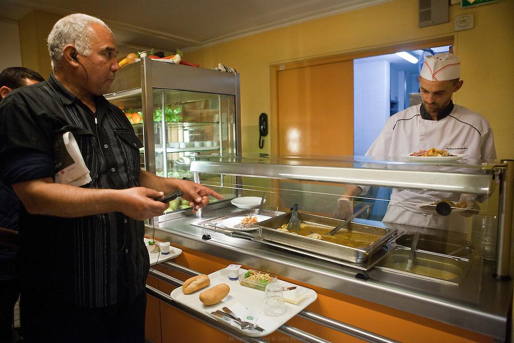 """Restaurant solidaire """"Les artistes"""" : 180 repas chauds et équilibrés sont servis à un prix correspondant aux moyens d'un public en grande précarité."""