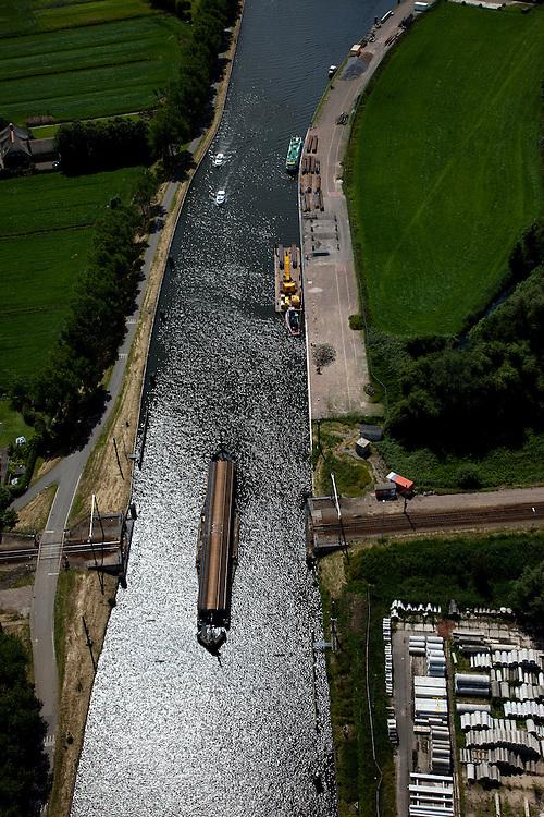 Nederland, Zuid-Holland, Hoog Blokland, 12-06-2009; Merwede kanaal met geopende spoorbrug in de spoorlijn Gorinchem-Tiel (de Betuwelijn).Swart Collection, aerial photo (additional fee required).foto Siebe Swart / photo Siebe Swart
