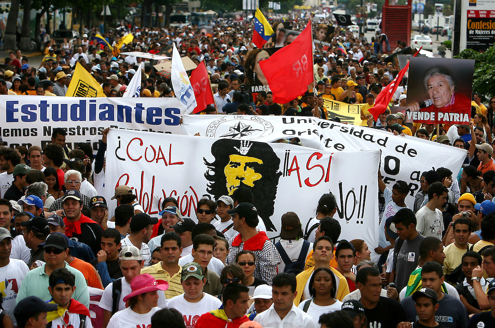 Estudiantes venezolanos manifiestan durante una marcha realizada en Caracas hoy, 1 de noviembre de 2007, en rechazo al proyecto de reforma constitucional impulsado por el presidente venezolano, Hugo Chávez para diciembre próximo. Las diferentes marchas llegaron hasta la sede del Poder Electoral. (ivan gonzalez)..