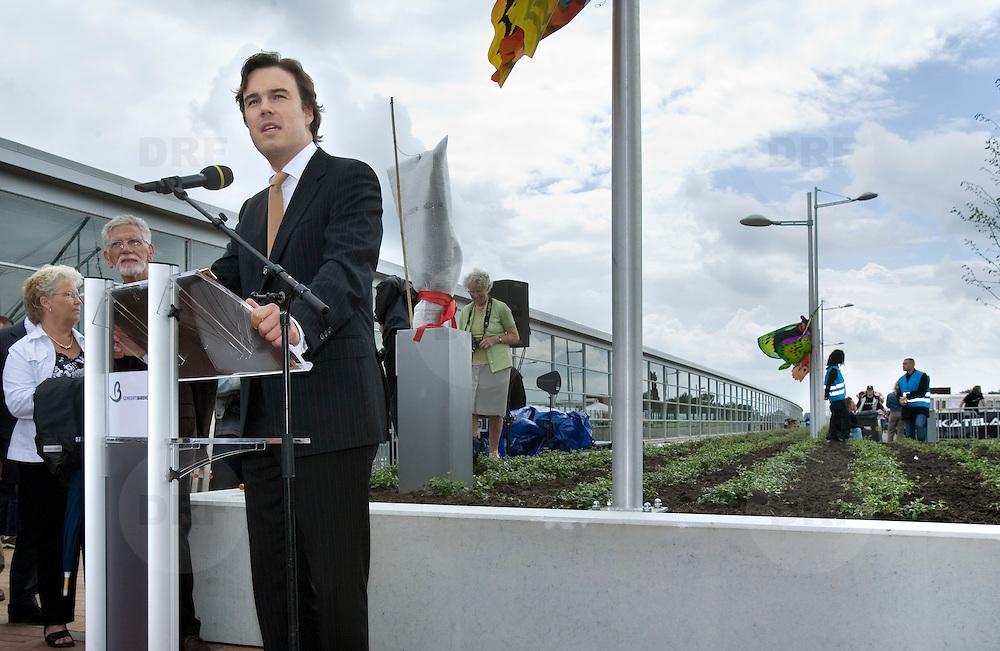 Nederland Barendrecht 16 juni 2007 20070616 .Spech door minister van verkeer en waterstaat Camiel Eurlings ter gelegenheid van de opening grootste dakpark in Europa bij treinstation Barendrecht op de dag dat de betuweroute ook officiel in gebruik wordt genomen.   .Het station in Barendrecht is het eerste volledig overdekte NS-station van Nederland waarin in een betonnen dijk tegen de geluidsoverlast, maar liefst negen treinsporen zijn opgenomen, de reguliere NS-spoorlijn met stoptreinen en intercity's, de Hoge Snelheidstrein, HSL en het zware goederentrein van de Betuweroute. Een tien meter hoge glazen wand houdt wind en regen tegen, maar laat door de groen getinte glazen vollop licht binnen. Op de betonnen dijk is het grootste dakpark van Europa aangelegd. ..Foto David Rozing
