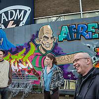 Nederland, Amsterdam, 2 februari 2017.<br />ADM terrein in Diep.<br />De vestiging van een bedrijf op het gekraakte ADM-terrein is een stapje dichterbij. Er is door de gemeente bepaald dat een plan van de eigenaar van het terrein voldoet aan het kettingbeding. Dat zijn voorwaarden die de gemeente heeft opgelegd aan de eigenaren.<br />Het bedrijf dat zich wil vestigen is bergingsbedrijf Koole Maritiem. Het bedrijf wil op het terrein een scheepswerf vestigen. Ze willen er onderhouds-, reparatie- en revisiewerkzaamheden uitvoeren. Er ligt nu ook een aanvraag voor een omgevingsvergunning. Deze is nog in behandeling. De verwachting is niet dat de aanvraag op korte termijn zal volgen.<br />Van dat de krakers binnen korte tijd weg zouden moeten, is geen sprake. Wel komen ambtenaren van de gemeente binnenkort langs op het ADM-terrein voor een schouw. Dit hoort bij de procedure van de omgevingsvergunning. <br />Buiten ruim zeventig bewoners van de culturele vrijplaats, zitten er nog zo'n tweehonderd bewoners buiten de hekken van het ADM-terrein. Het is in principe niet de bedoeling dat die 'buitenhekkers' daar verblijven en zullen op termijn daar weg moeten. Maar daarvoor is ook geen deadline gesteld.<br />Sinds 1970 wordt er al gesteggeld over het terrein. Het is toen verkocht door de gemeente aan ADM.<br />Op de foto: ADM bewoners, Hay Schoolmeesters (r) Bep Schrammeyer en Durk Doddema.<br /><br /><br />Foto: Jean-Pierre Jans