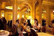 Chez Angelina, patisserie de renom et salon de the haut de gamme, cree en 1903, dans un decor de la Belle Epoque. Paris, rue de Rivoli.