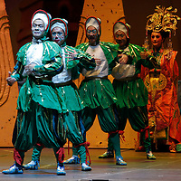 """VALLE DE BRAVO, Mex.- Dentro de la inauguración del 9° Festival de las Almas se presento el espectáculo """"The Wild Swans"""" con el China Gansu Provincial Ensamble of Pekín Opera. Agencia MVT / Crisanta Espinosa. (DIGITAL)<br /> <br /> NO ARCHIVAR - NO ARCHIVE"""