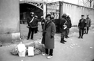Roma  31 gennaio 1991.Ex Pastificio Pantanella occupato da centinaia di immigrati asiatici provenienti dal Pakistan e Bangladesh..Le forze dell'Ordine sgombrano la Pantanella..Rome, January 31, 1991.Ex Pastificio Pantanella occupied by hundreds of Asian immigrants from Pakistan and Bangladesh..The Police evacuate the Pantanella.