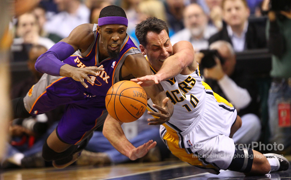 Feb. 27, 2011; Indianapolis, IN, USA; Phoenix Suns power forward Hakim Warrick (21) and Indiana Pacers center Jeff Foster (10) scramble for a loose ball at Conseco Fieldhouse. Mandatory credit: Michael Hickey-US PRESSWIRE