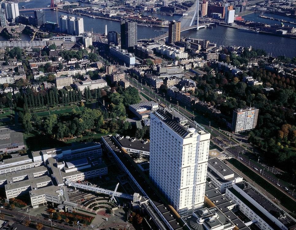Nederland, Rotterdam, Westzeedijk, 08-03-2002; luchtfoto (25% toeslag); de Westzeedijk loopt diagonaal .(vanaf rechtsonder), links hiervan de witte hoogbouw van het Erasmus Medisch Centrum (Dijkzigt ziekenhuis), daarachter Museumpark (Kunsthal gedeeltelijk zichtbaar), boven de Nieuwe Maas met Erasmusbrug, links vd brug Noordereiland, hoogbouw langs de Boompjes;   .NB binnenstad Rotterdam ook met andere luchtfoto's in archief.Foto Siebe Swart