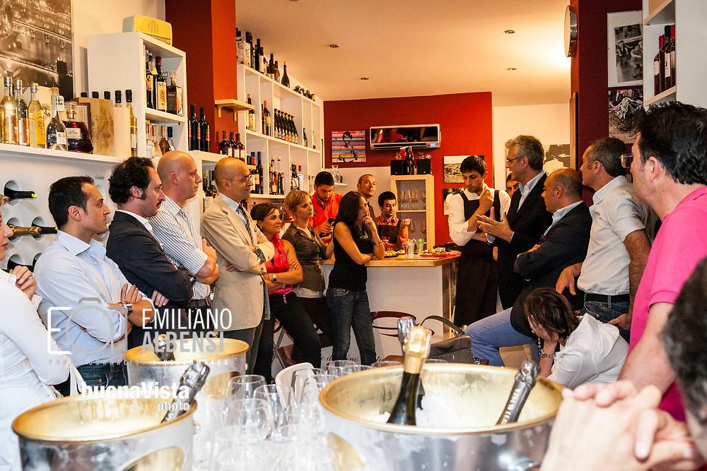 Emiliano Albensi<br /> Happy Hour<br /> Nella foto: momenti di socialit&agrave; durante un happy hour<br /> <br /> Emiliano Albensi<br /> Happy Hour<br /> In the picture: social moments during an happy hour