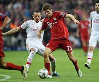 FUSSBALL CHAMPIONS LEAGUE  SAISON 2015/2016 VIERTELFINAL HINSPIEL FC Bayern Muenchen - Benfica Lissabon         05.04.2016 Thomas Mueller (re, FC Bayern Muenchen) gegen Ljubomir Fejsa (li, Benfica Lissabon)
