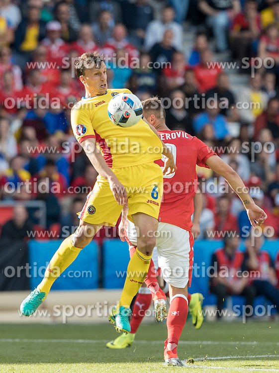 15.06.2016, Parc de Princes, Paris, FRA, UEFA Euro, Frankreich, Rumaenien vs Schweiz, Gruppe A, im Bild Vlad Chiriches (ROU), Haris Seferovic (SUI) // Vlad Chiriches (ROU) Haris Seferovic (SUI) during Group A match between Romania and Switzerland of the UEFA EURO 2016 France at the Parc de Princes in Paris, France on 2016/06/15. EXPA Pictures © 2016, PhotoCredit: EXPA/ JFK