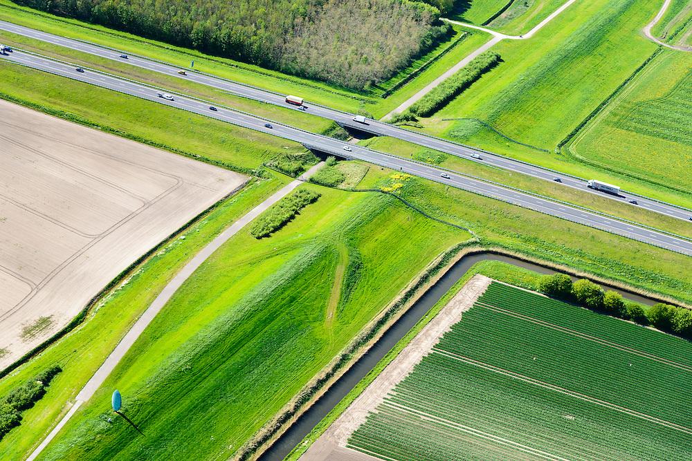 Nederland, Flevoland, Lelystad, 07-05-2015; Knardijk, landscheiding tussen Zuidelijk en Oostelijk Flevoland. Op de dijk het beeld de Tong van Lucifer (Rudi van de Wint).<br /> Knardijk, land division between Southern and Eastern Flevoland. On the dike the statue 'Lucifers tongue'.<br /> luchtfoto (toeslag op standard tarieven);<br /> aerial photo (additional fee required);<br /> copyright foto/photo Siebe Swart