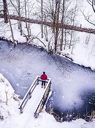 THEMENBILD - eine Frau auf einem Steg bei einem Teich am Klammsee, aufgenommen am 06. Februar 2019 in Kaprun, Oesterreich // a woman on a jetty by a pond at Klammsee in Kaprun, Austria on 2019/02/06. EXPA Pictures © 2019, PhotoCredit: EXPA/ JFK