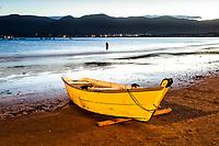 Barco sobre a areia na Praia do Pântano do Sul ao anoitecer. Florianópolis, Santa Catarina, Brasil. / Boat on the sand at Pantano do Sul Beach at evening. Florianopolis, Santa Catarina, Brazil.
