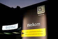 THE HAGUE - The Bronovo hospital in the Hague where Queen Maxima stays for examens , The Queen has a Queen M&aacute;xima suffers kidney infection<br /> Queen M&aacute;xima of the Netherlands has fallen ill during a trip to China, where she is currently accompanying her husband King Willem-Alexander on a state visit. COPYRIGHT ROBIN UTRECHT<br />  Koning Willem-Alexander heeft donderdagavond een bezoek gebracht aan zijn vrouw koningin M&aacute;xima in het Bronovo Ziekenhuis in Den Haag.<br /> De koning is op visite na terugkomst van zijn staatsbezoek aan China.<br /> Koningin M&aacute;xima moest eerder deze week het staatsbezoek afbreken en eerder naar Nederland terugkeren vanwege een nierbekkenontsteking, een bacteri&euml;le infectie.<br /> Aanvankelijk leek het erop dat M&aacute;xima alleen enkele onderdelen van het programma zou moeten missen, maar haar klachten bleven ondanks antibiotica aanhouden. In overleg met artsen werd daarom besloten dat ze in Nederland nader onderzocht zou worden.