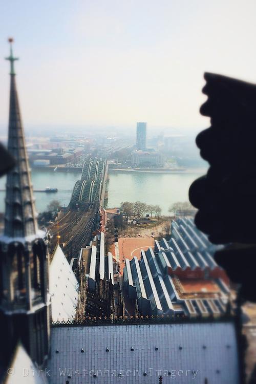 Blick auf Teile des Kölner Doms sowie Hohenzollernbrücke und Rhein, Köln, Deutschland