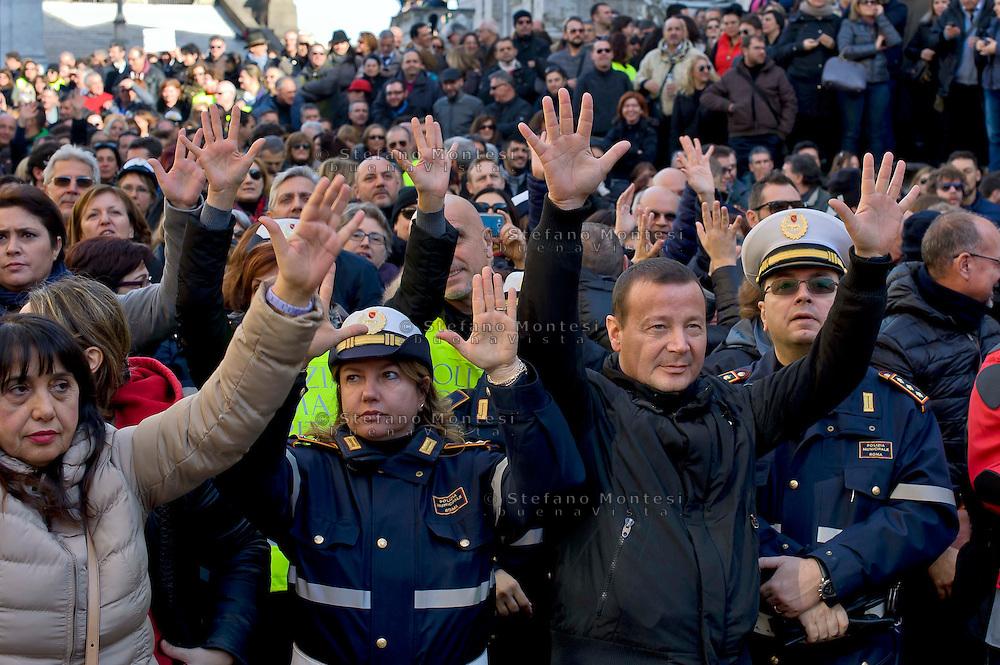 Roma 9 Gennaio 2015<br /> Assemblea unitaria dei lavoratori della Polizia locale di Roma Capitale,in piazza del Campidoglio, indetta dai sindacati Ospol, Cgil, Cisl, Uil e Sulpl, contro il contratto unilaterale, l'amministazione capitolina, il sindaco di Roma Ignazio Marino e il comandante della polizia municipale Raffaele Clemente.<br /> Rome, January 9, 2015<br /> Assembly unit of employees of the local police of Roma Capitale, in Campidoglio square, called by trade unions Ospol, CGIL, CISL, UIL and Sulpl, against the unilateral contract, the administration-Capitoline, Rome mayor Ignazio Marino and the commander of the municipal police Raffaele Clemente.
