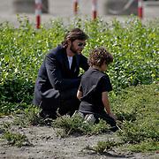 NLD/Amsterdam/20080624 - Vertrek van de Austrailische acteur Hugh Jackman met zijn kinderen en familie
