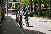 In Utrecht rijden fietsers over een smalle fietsstrook.<br /> <br /> In Utrecht cyclist ride at a small bike lane.