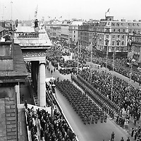 50th anniversary of the 1916 rising. 1916 Commemoration crowds line the streets of O' Connell St and the G.P.O. April 1966. <br /> (Part of the Independent Newspapers Ireland/NLI Collection)