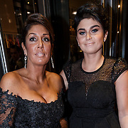 """NLD/Amsterdam/20131105 - Koninging Maxima bezoekt de Hazes musical """"Hij Gelooft in Mij"""", Rachel Hazes - van Galen en dochter Roxanne"""