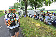 Nederland, Groesbeek, 20-7-2016Deelnemers aan de 101e,  4daagse, vierdaagse, lopen op de derde dag, de dag van Groesbeek, o.a over de zevenheuvelenweg. Het is de zwaarste dag vanwege de heuvels. Ook brengen veel militairen, en zeker die uit Canada, een bezoek aan de Canadese militaire begraafplaats waar honderden gesneuvelde soldaten liggen die hier in 1944 gevochten hebben.4 Daagse, Dag van Groesbeek, Zevenheuvelenweg. De vierdaagse is het grootste wandelevenement ter wereld. Deze dag is beroemd vanwege de heuvels die belopen moeten worden. Blaren en voeten worden verzorgd op een hulppost van Rode Kruis en de landmacht. Ook de plaatselijke bevolking en vooral de jeugd verzorgen veel afleiding met muziek, water en eten en drinken op het parcours .Foto: Flip Franssen