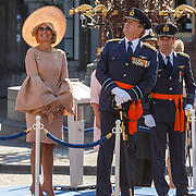 NLD/Den Haag/20180831 - Koninklijke Willems orde voor vlieger Roy de Ruiter, opkomst van Koning Willem - Alexander, Koningin Maximagenieten van de overvliegende militaire vliegtuigen