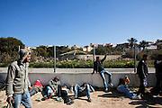 LAMPEDUSA. CLANDESTINI TUNISINI APPRODATI SULL'ISOLA DI LAMPEDUSA ALL'INTERNO DEL CAMPO DA CALCIO DESTINATO AD AREA DI PRIMA ACCOGLIENZA;