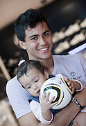 Belo Horizonte_MG, Brasil...Retrato do jogador do Atletico Mineiro Renan Ribeiro, com sua filha Lissah. em Belo Horizonte, Minas Gerais...The portrait of the Atletico Mineiro soccer player Rena Ribeiro with His daughter Lissah in Belo Horizonte, Minas Gerais...Foto: BRUNO MAGALHAES / NITRO