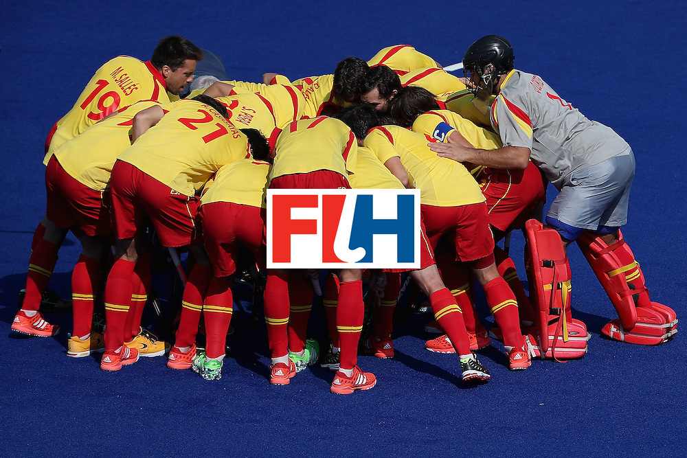 RIO DE JANEIRO, BRAZIL - AUGUST 09:  Spain huddles up before the hockey game against New Zealand on Day 4 of the Rio 2016 Olympic Games at the Olympic Hockey Centre on August 9, 2016 in Rio de Janeiro, Brazil.  (Photo by Christian Petersen/Getty Images)