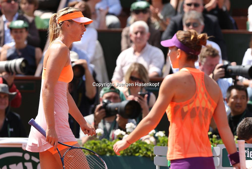 French Open 2014, Roland Garros,Paris,ITF Grand Slam Tennis Tournament,<br /> L-R.Maria Sharapova  (RUS) und Simona Halep (ROU) gehen beim Seitenwechsel an einander vorbei,Halbkoerper,Querformat,